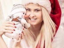 Γυναικών Χριστουγέννων με το παιχνίδι χιονανθρώπων Στοκ Φωτογραφία