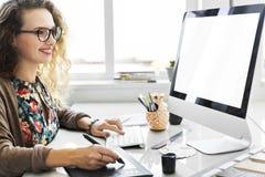 Γυναικών ψηφιακή συσκευών έννοια κοριτσιών Διαδικτύου θηλυκή Στοκ φωτογραφία με δικαίωμα ελεύθερης χρήσης