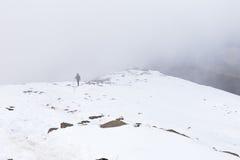 Γυναικών backpacker τουριστών βουνό χιονιού πεζοπορίας ανερχόμενος που καλύπτεται Στοκ εικόνες με δικαίωμα ελεύθερης χρήσης