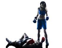 Γυναικών kickboxing σκιαγραφία ανδρών μπόξερ εγκιβωτίζοντας που απομονώνεται Στοκ Φωτογραφίες