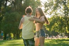 Γυρίζοντας γυναίκα Mann χορεύοντας Bachata στον ήλιο στοκ φωτογραφίες