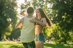 Γυρίζοντας γυναίκα Mann χορεύοντας Bachata στον ήλιο στοκ φωτογραφία