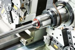 Γυρίζοντας διαδικασία μετάλλων στην εργαλειομηχανή Στοκ φωτογραφία με δικαίωμα ελεύθερης χρήσης