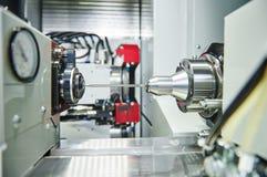 Γυρίζοντας διαδικασία μετάλλων στην εργαλειομηχανή Στοκ Εικόνες