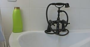 Γυρίστε τη βρύση με το νερό απόθεμα βίντεο