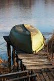 Γυρισμένη βάρκα άνω πλευρά - κάτω από να βρεθεί στο shorelake Στοκ εικόνα με δικαίωμα ελεύθερης χρήσης