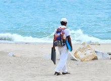Γυρολόγος παραλιών & σπάζοντας κύματα Στοκ Εικόνα