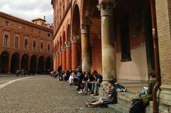 Γωνία αναγνωστών στην πλατεία Santo Stefano, Μπολόνια στοκ εικόνες
