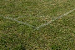 Γωνία γηπέδων ποδοσφαίρου ποδοσφαίρου με τα άσπρα σημάδια, πράσινη χλόη Στοκ Φωτογραφίες