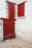 Γωνία ενός παλαιού ευρωπαϊκού σπιτιού, κόκκινες πόρτες Στοκ εικόνα με δικαίωμα ελεύθερης χρήσης