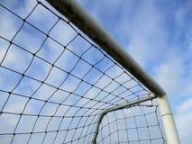 Γωνία ενός στόχου ποδοσφαίρου με τον μπλε και άσπρο ουρανό Στοκ φωτογραφία με δικαίωμα ελεύθερης χρήσης