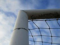 Γωνία ενός στόχου ποδοσφαίρου με τον μπλε και άσπρο ουρανό Στοκ εικόνα με δικαίωμα ελεύθερης χρήσης
