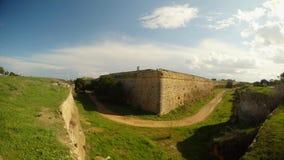 Γωνία και βαθιά τάφρος από τους τοίχους του μεσαιωνικού αρχαίου φρουρίου Famagusta απόθεμα βίντεο