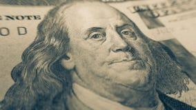 Γωνία κινηματογραφήσεων σε πρώτο πλάνο λογαριασμών εκατό δολαρίων του Ben Franklin Στοκ Εικόνα