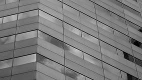 Γωνία κτιρίου γραφείων με τις αντανακλάσεις στο γυαλί Στοκ Φωτογραφία