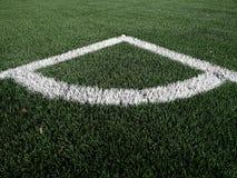Γωνία παιδικών χαρών ποδοσφαίρου στη θερμαμένη τεχνητή πράσινη τύρφη playgroun Στοκ Εικόνες
