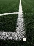 Γωνία παιδικών χαρών ποδοσφαίρου στη θερμαμένη τεχνητή πράσινη τύρφη playgroun Στοκ Φωτογραφία