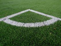 Γωνία παιδικών χαρών ποδοσφαίρου στη θερμαμένη τεχνητή πράσινη τύρφη playgroun Στοκ φωτογραφίες με δικαίωμα ελεύθερης χρήσης