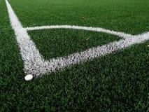 Γωνία παιδικών χαρών ποδοσφαίρου στη θερμαμένη τεχνητή πράσινη τύρφη playgroun Στοκ Φωτογραφίες
