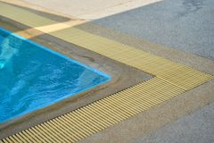 Γωνία πισινών με τη σχάρα αποξηράνσεων νερού με σκιερό Στοκ Φωτογραφίες