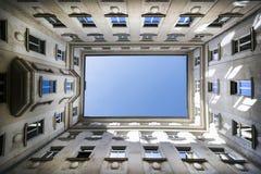 Γωνία που πυροβολείται χαμηλή του κτηρίου με το μπλε ουρανό στοκ φωτογραφίες