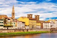 Γωνία που πυροβολείται ευρεία της αρχιτεκτονικής που περιβάλλει τον ποταμό Arno στη Φλωρεντία Στοκ Φωτογραφίες