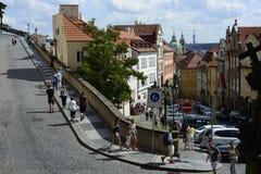 Γωνία του δρόμου της Πράγας KE Hradu με Nerudova στοκ φωτογραφία με δικαίωμα ελεύθερης χρήσης