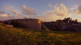 Γωνία του τοίχου φρουρίων στον ήλιο βραδιού και το δρόμο με τα αυτοκίνητα, Famagusta, Κύπρος απόθεμα βίντεο