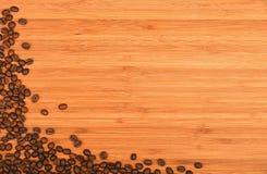 Γωνία φασολιών καφέ πέρα από το ξύλινο υπόβαθρο μπαμπού Στοκ Φωτογραφίες