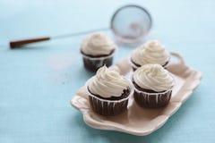 γωνίες τέσσερα τοποθετημένο λεμόνι πιάτο δύο κερασιών κέικ φωτογραφιών λευκό Στοκ Φωτογραφίες