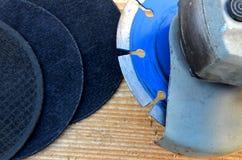 Γωνιακό πριόνι και μαύροι τροχοί άλεσης Στοκ φωτογραφίες με δικαίωμα ελεύθερης χρήσης