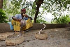 Γόης φιδιών με το cobra στη Σρι Λάνκα στοκ φωτογραφίες με δικαίωμα ελεύθερης χρήσης