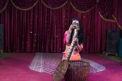 Γόης φιδιών που απομακρύνει το μεγάλο φίδι από το καλάθι στοκ εικόνες με δικαίωμα ελεύθερης χρήσης