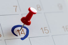 Γόμφος πισσών στο ημερολόγιο δεκατέσσερα ημέρα βαλεντίνων αγάπης Στοκ Φωτογραφία