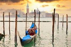 γόνδολα Ιταλία κοντά στο ηλιοβασίλεμα Βενετία αποβαθρών Στοκ φωτογραφία με δικαίωμα ελεύθερης χρήσης