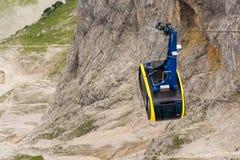 Γόνδολα τελεφερίκ που ταξιδεύει στο βουνό Dachstein Στοκ φωτογραφία με δικαίωμα ελεύθερης χρήσης