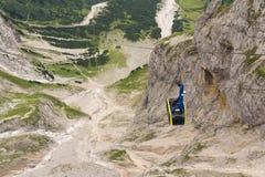 Γόνδολα τελεφερίκ που ταξιδεύει στο βουνό Dachstein Στοκ Φωτογραφία