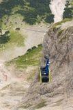 Γόνδολα τελεφερίκ που ταξιδεύει στο βουνό Dachstein Στοκ Εικόνα