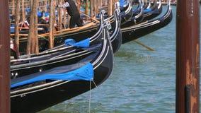 Γόνδολες στην αποβάθρα στη Βενετία απόθεμα βίντεο