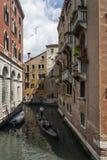 Γόνδολα κάτω από τα πεζούλια της Βενετίας Στοκ εικόνες με δικαίωμα ελεύθερης χρήσης