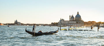 Γόνδολα με τον ορίζοντα της Βενετίας στο σούρουπο Στοκ εικόνες με δικαίωμα ελεύθερης χρήσης