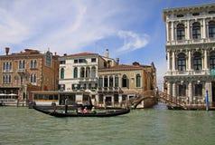 Γόνδολα με τους τουρίστες κοντά στο palazzo Ca Rezzonico στο μεγάλο κανάλι, Βενετία, Ιταλία Στοκ φωτογραφίες με δικαίωμα ελεύθερης χρήσης