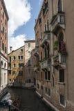 Γόνδολες κάτω από τα πεζούλια της Βενετίας Στοκ εικόνες με δικαίωμα ελεύθερης χρήσης
