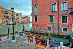 Γόνδολες και παραδοσιακή αρχιτεκτονική στη Βενετία, Ιταλία. Στοκ εικόνα με δικαίωμα ελεύθερης χρήσης