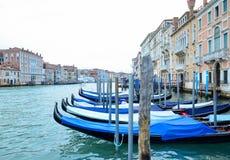 Γόνδολες που επιπλέουν στο μεγάλο κανάλι μια ήρεμη ημέρα της άνοιξη, Βενετία, Ιταλία Στοκ Φωτογραφίες