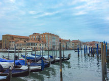Γόνδολες που επιπλέουν στο μεγάλο κανάλι μια ήρεμη ημέρα της άνοιξη, Βενετία, Ιταλία Στοκ φωτογραφίες με δικαίωμα ελεύθερης χρήσης