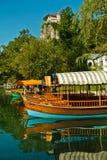 Γόνδολες Pletna στη λίμνη που αιμορραγείται σε ένα ηλιόλουστο πρωί στα σλοβένικα όρη Στοκ εικόνα με δικαίωμα ελεύθερης χρήσης
