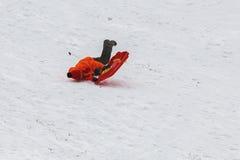Γύροι αγοριών με τα έλκηθρα το χειμώνα Στοκ Εικόνες