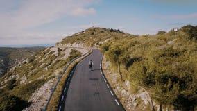 Γύροι ατόμων Hipster skateboard στο δρόμο βουνών απόθεμα βίντεο