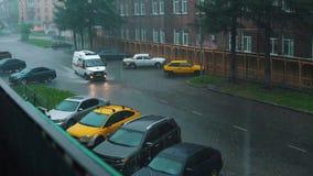 Γύροι αυτοκινήτων ασθενοφόρων σε έναν πλημμυρισμένο αστικό δρόμο στη δυνατή βροχή φιλμ μικρού μήκους